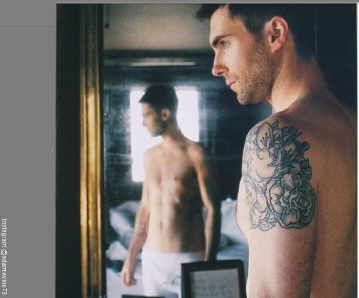 Foto de Adam Levine con su reflejo en un espejo