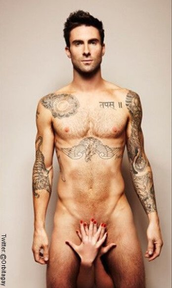 Foto de Adam Levine desnudo y unas manos femeninas tapando sus genitales