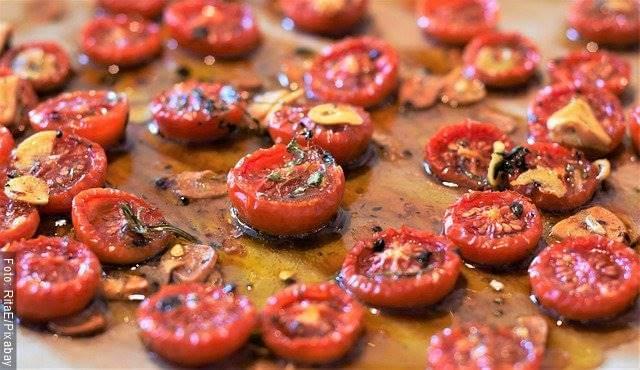 Foto de tomates cherry en una tabla