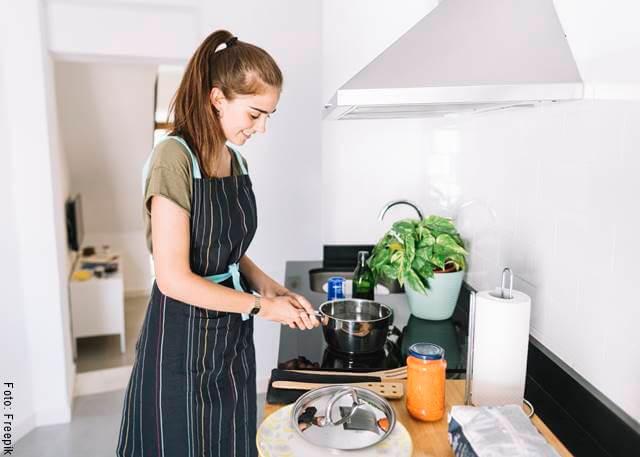 Foto de una mujer en la cocina para ilustrar la receta de pasta con atún y tomate cherry, receta fácil y rápida