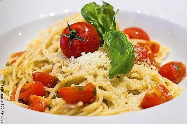 Foto de pasta con atún y tomate cherry, receta fácil y rápida
