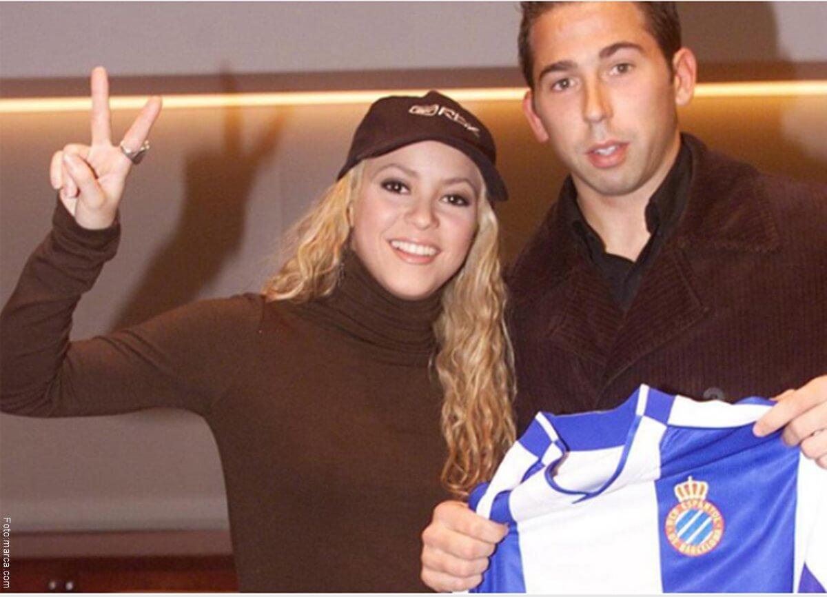 Foto de Shakira y Tamudo posando con la camiseta del Espanyolequipo