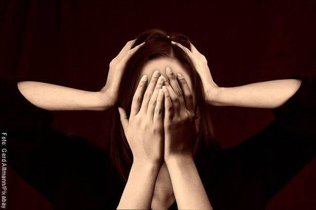 Foto de una mujer estresada tapándose el rostro