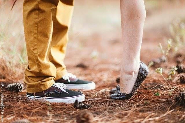 Foto de los pies y piernas de una pareja presuntamente besándose