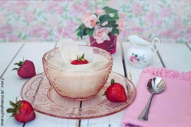 Foto de un postre de yogur griego con fresas