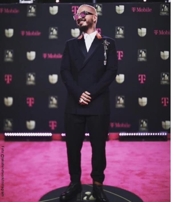 Foto de J Balvin con traje negro en los Premio Lo Nuestro 2020