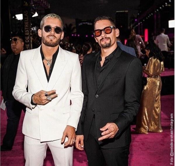 Foto de Mau y Ricky en traje de paño
