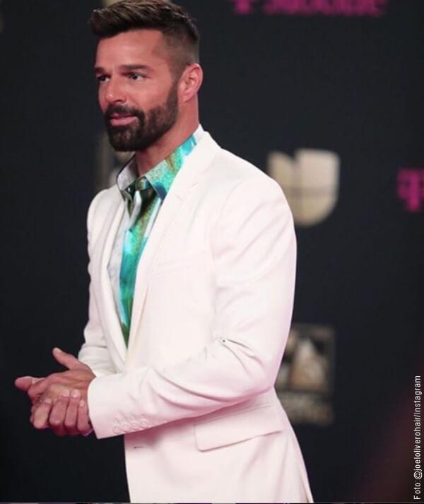 Foto de Ricky Martin en traje blanco en los Premios Lo Nuestro 2020