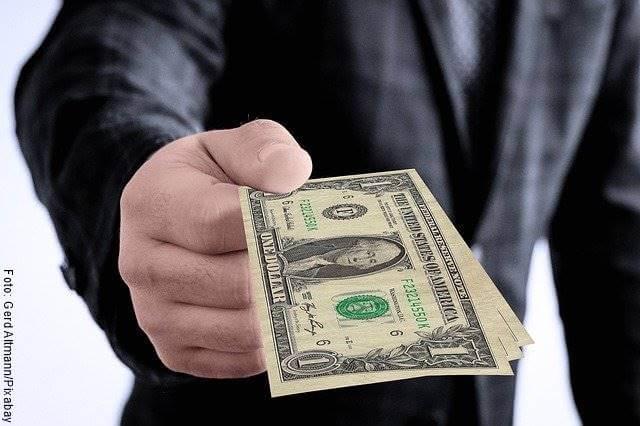 Foto de un hombre con dinero en su mano