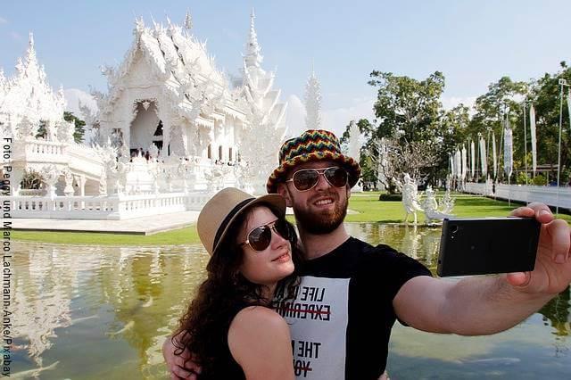 Foto de una pareja tomándose una selfie