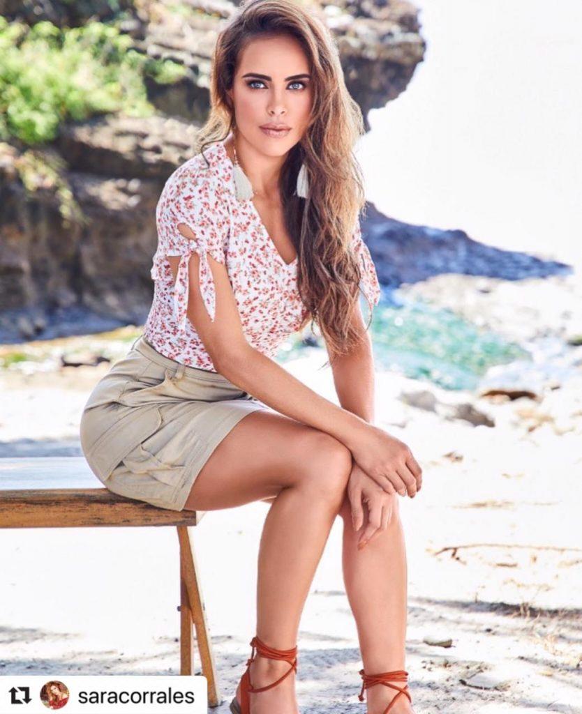 Sara Corrales posando sentada en una banca a la orilla del mar