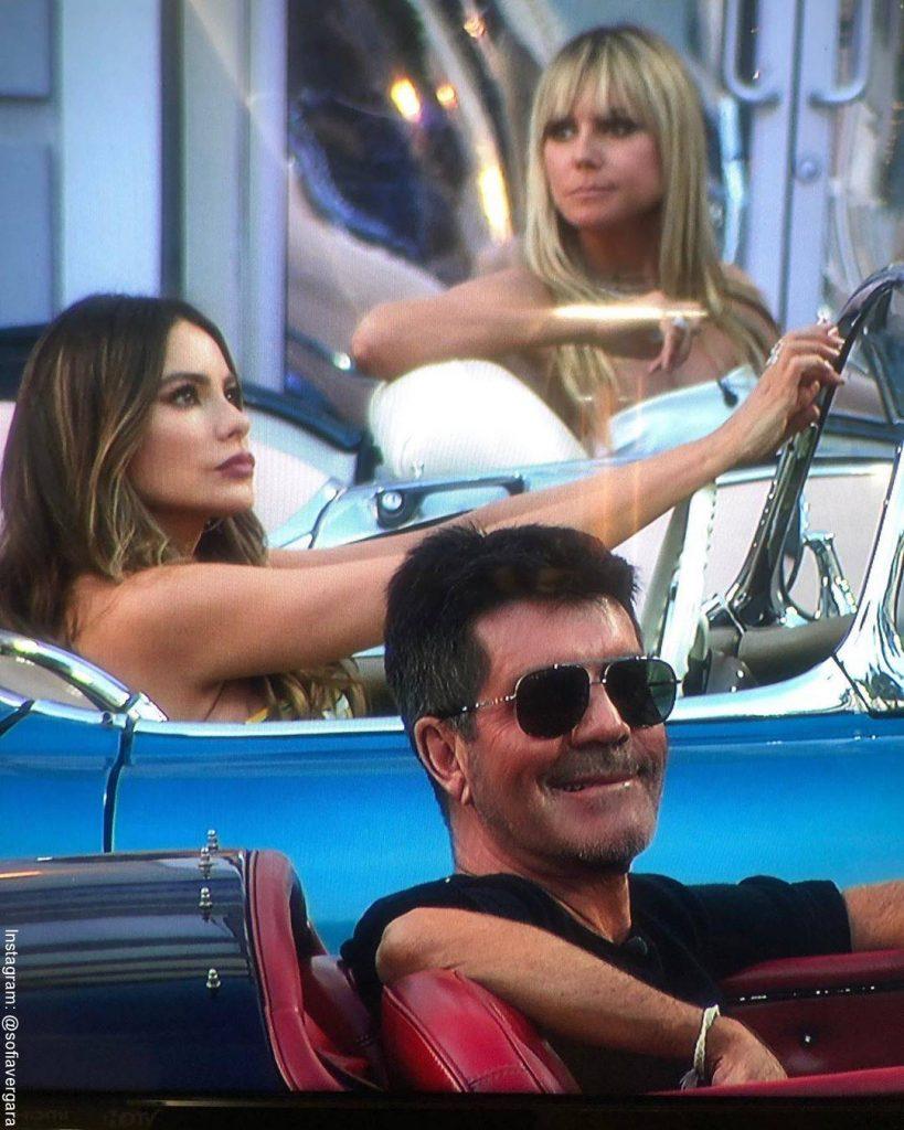 Foto de Sofía Vergara al lado de Heidy Klum y Simon Cowell en autos deportivos