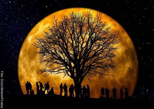 Foto de una luna amarilla