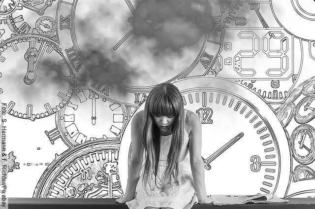 Foto de una mujer con relojes ilustrados atrás