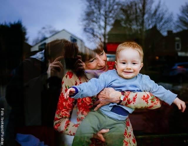 Foto de una abuela cargando a un bebé