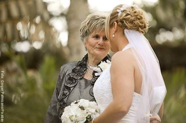 Foto de una novia en su boda junto a su suegra