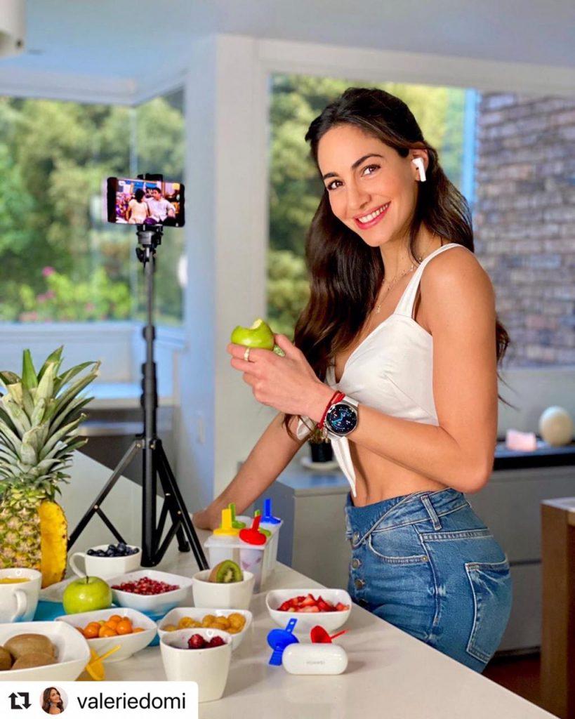 Valerie Domínguez posando mientras come fruta.