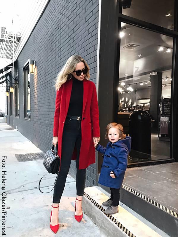 Foto de mujer usando zapatos rojos de tacón