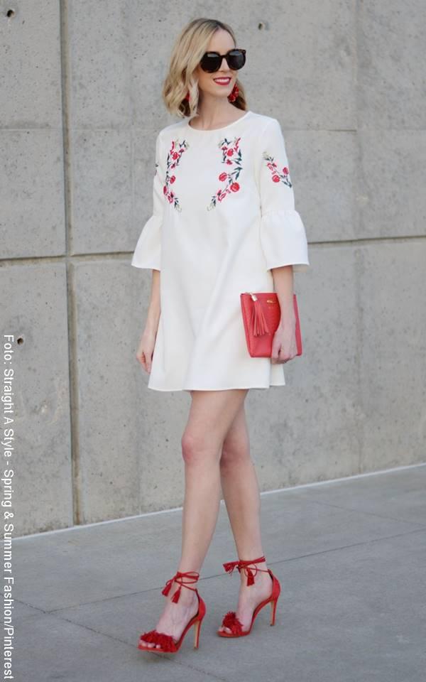 Foto de mujer con tacones de color rojo