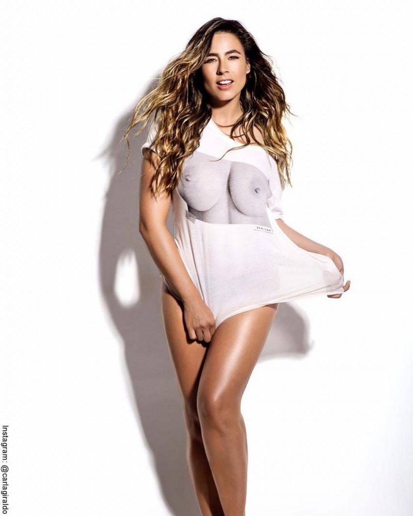 Foto de Carla Giraldo con una camiseta blanca y estampada con unos senos descubiertos