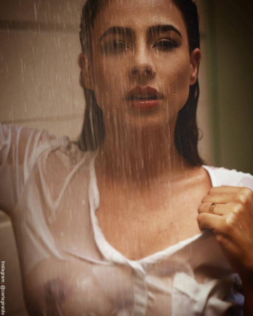Foto de Carla Giraldo con una camiseta mojada promocionando la novela Loquito por ti