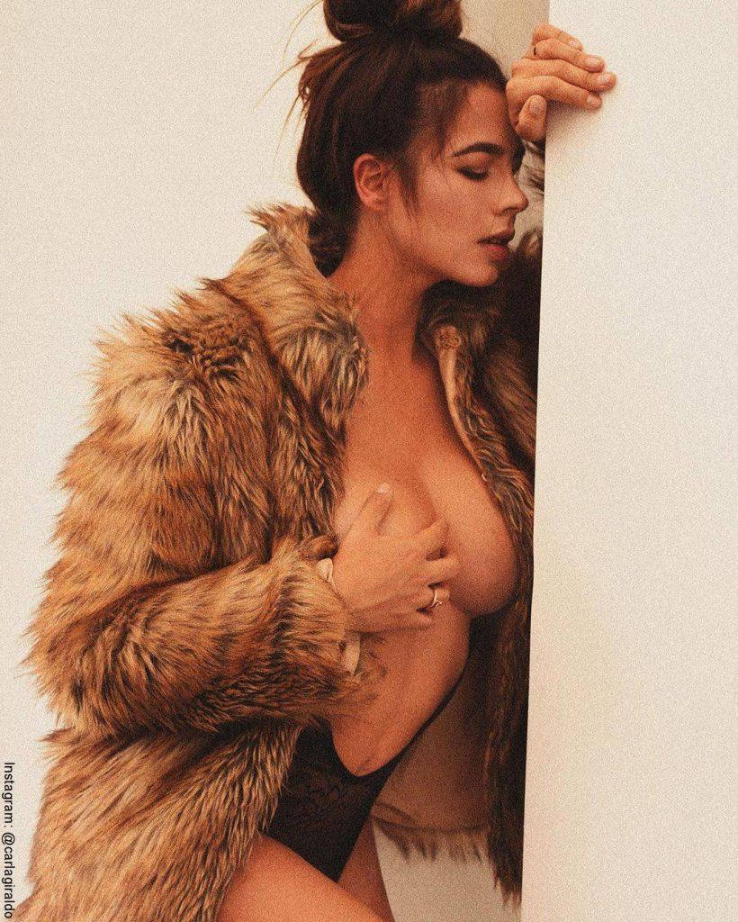 Foto de Carla Giraldo con un body que deja descubiertos sus seños y vestida con un abrigo de peluche