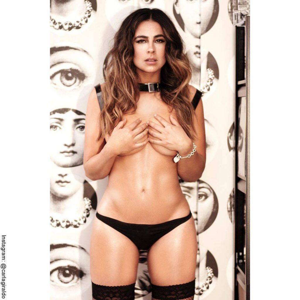 Foto de Carla Giraldo desnuda y apando sus senos con las manos
