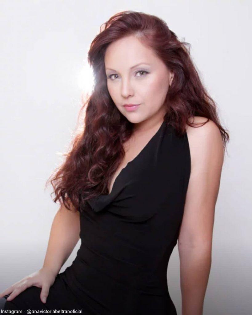foto de Ana Victoria Beltrán luciendo su cinturita delgada con un vestido negro