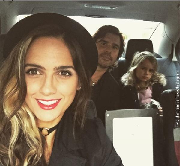 Foto de Antonio de la Rua, su esposa y su hija en un auto