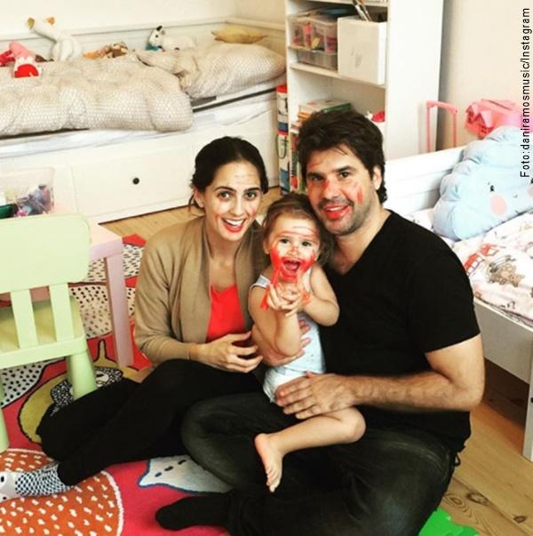 Foto de Antonio de la Rua, su esposa y su hija con las caras pintadas