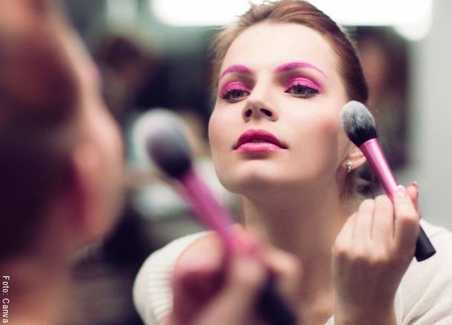 Foto de una mujer maquillándose