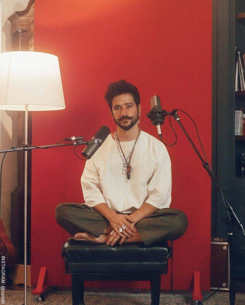 Foto de Camilo Echeverry en su estudio improvisado