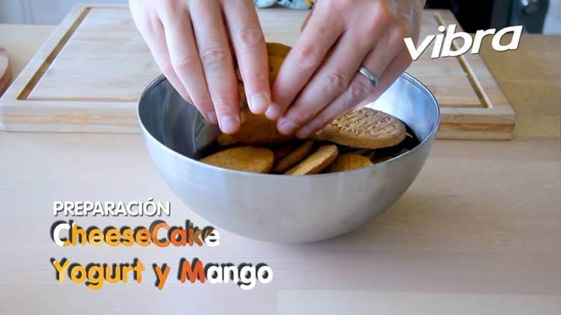 Foto de unas manos triturando galletas en un recipiente