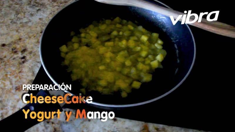 Foto de trozos de mango en una sartén