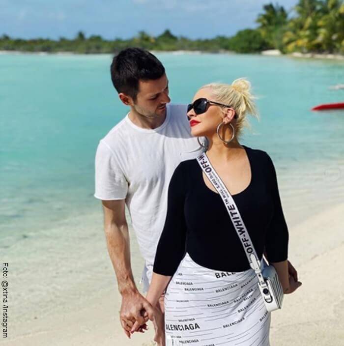 Cristina Aguilera y su esposo en la playa