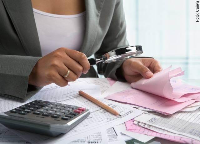 Foto de mujer revisando facturas