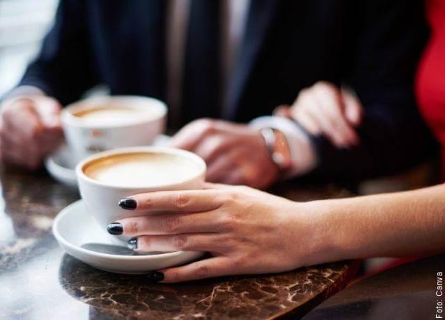 Foto de manos de una pareja tomando café