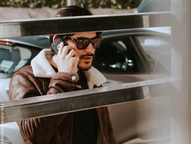 Foto de un hombre hablando por celular