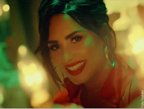 Foto de Demi Lovato con mucho maquillaje