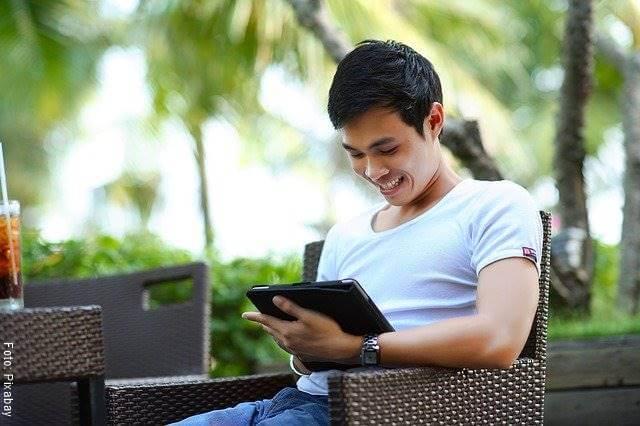 Foto de un hombre leyendo