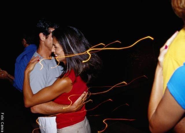 Foto de una pareja bailando en Cosas que ponen celoso a un hombre y lo vuelven loco