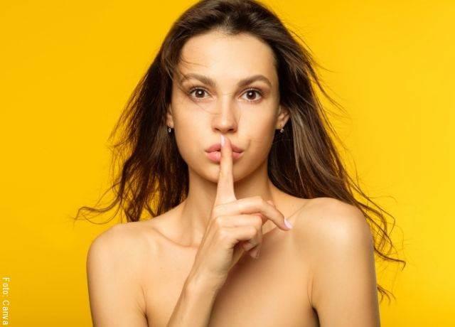 Foto de una mujer con el dedo sobre los labios
