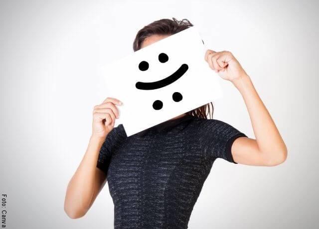 Foto de mujer con cara feliz y triste