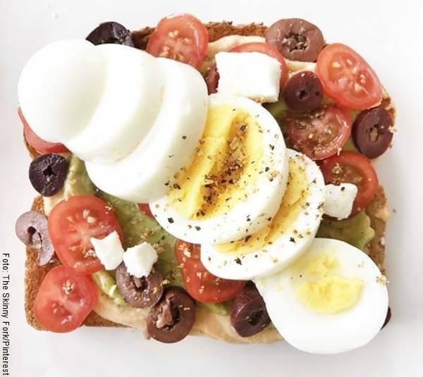 Foto de tostada mediterránea