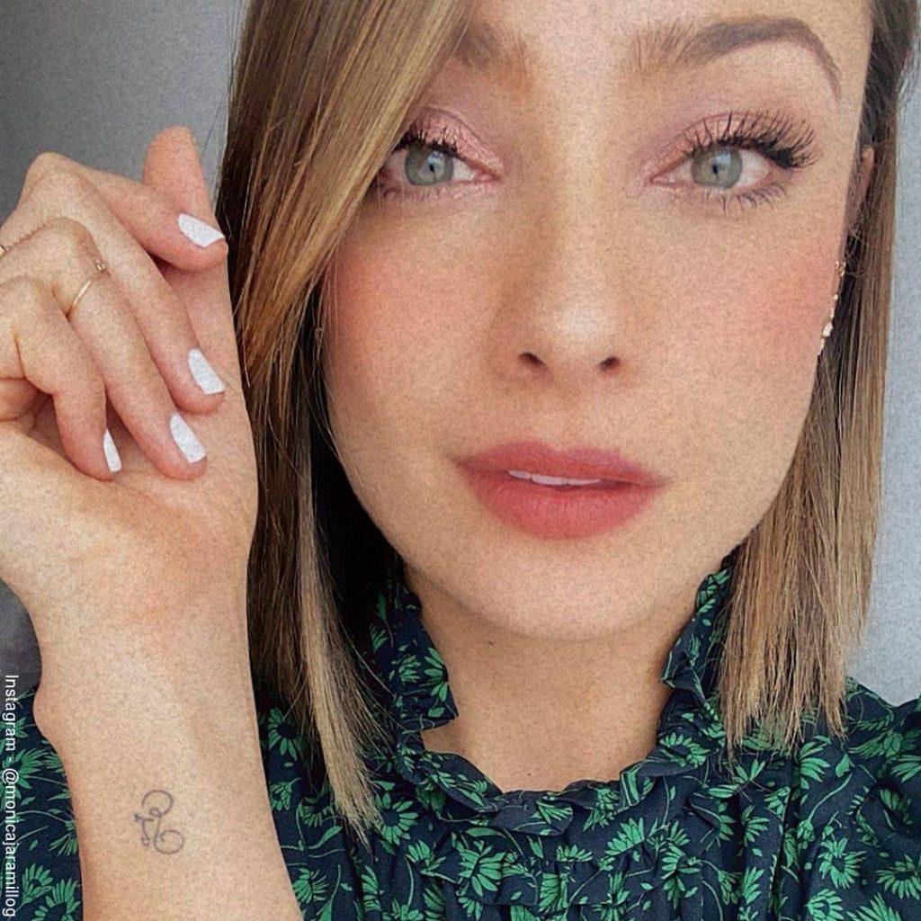 Foto de Mónica Jaramillo luciendo su tatuaje