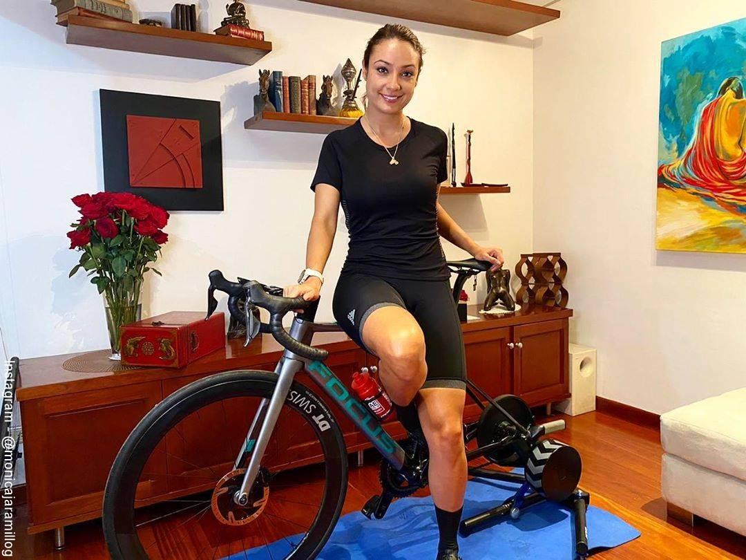 Foto de Mónica Jaramillo en la sala de su casa con su bicicleta favorita