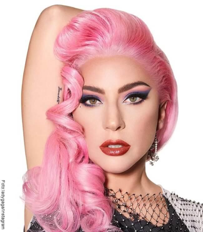 Foto del rostro de Lady Gaga con el pelo rosa y maquillaje fuerte en sus ojos