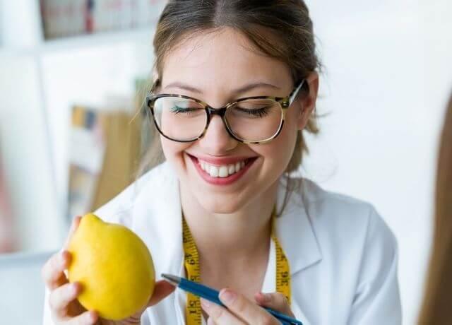 Foto de una doctora con un limón