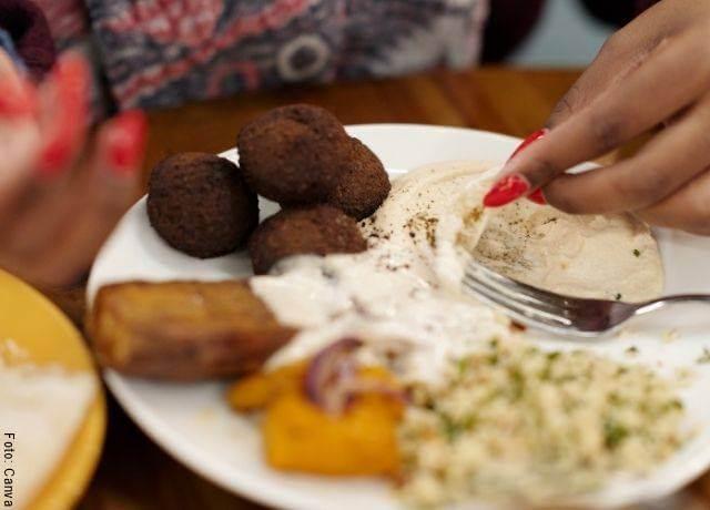 Foto de humus de garbanzos en un plato árabe