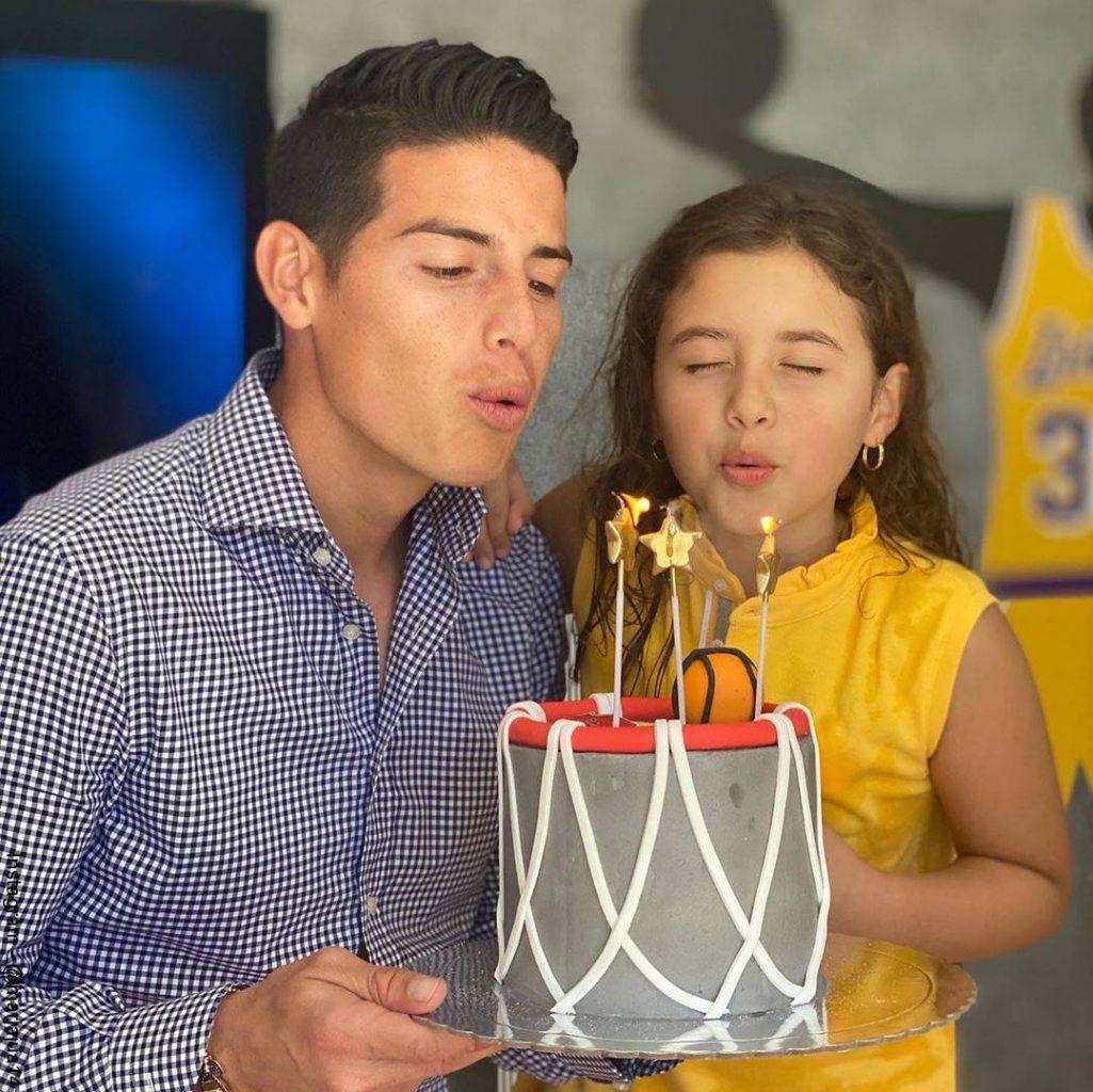 Foto de James Rodríguez con su hija Salomé soplando la vela de cumpleaños